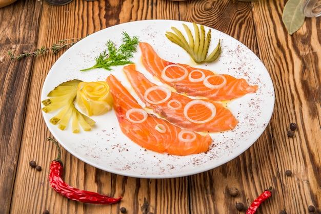 Frisches lachsfilet mit aromatischen kräutern, gewürzen, rosa salz und zitrone.