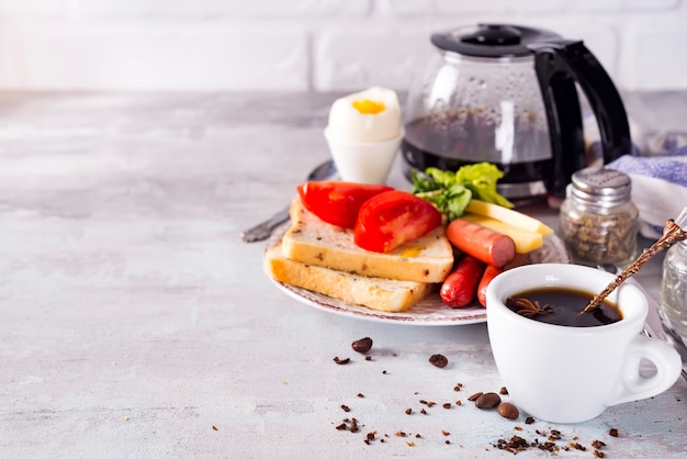 Frisches leckeres frühstück mit weich gekochtem ei, knusprigem toast und tasse kaffee