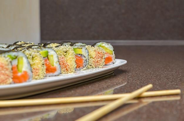 Frisches leckeres japanisches sushi mit avocado, gurke, garnelen, nahaufnahme.