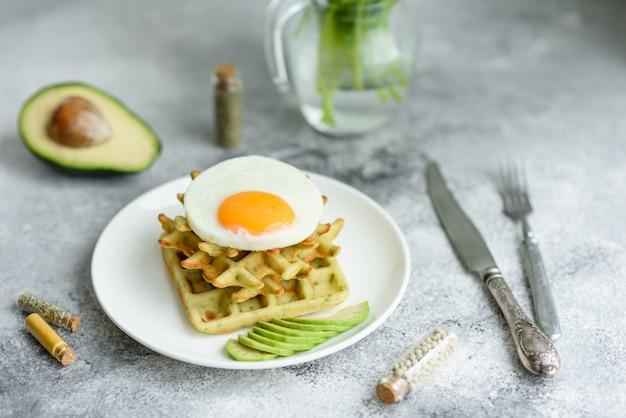 Frisches leckeres und nahrhaftes frühstück mit waffeln mit spinat