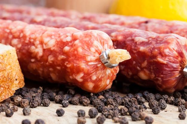 Frisches leckeres und saftiges fleisch aus schweinefleisch, rindfleisch und hühnchen mariniert und essfertig