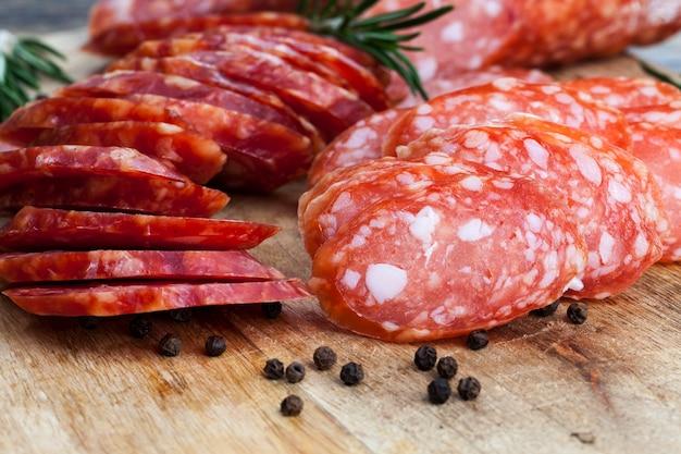 Frisches, leckeres und saftiges fleisch aus schweinefleisch, rindfleisch und hühnchen, mariniert und verzehrfertig, getrocknetes fleisch