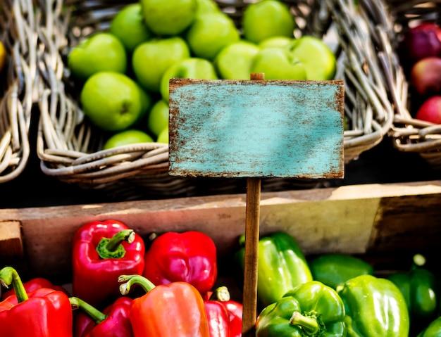 Frisches lokales organisches gemüse am bauernmarkt