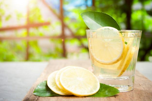 Frisches mojito cocktail in den gläsern auf hölzernem mit sonnenstrahl des tropischen naturhintergrundes