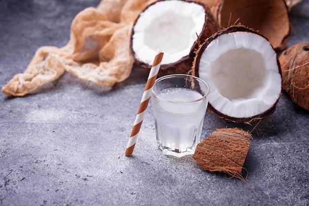 Frisches natürliches gesundes kokosnusswasser.
