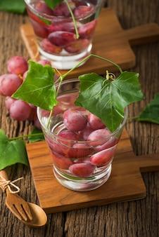Frisches obst aroma von traubenwasser auf holz