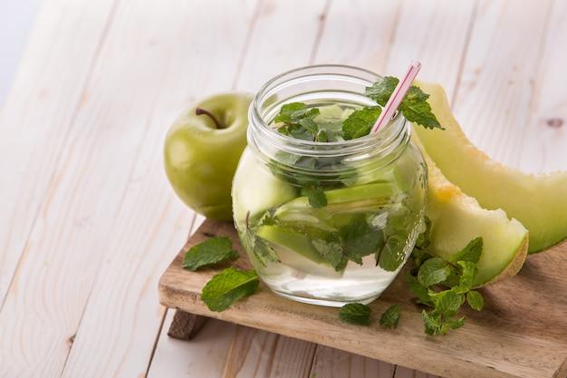 Frisches obst aromatisierte wassermischung aus apfel, minze und melone