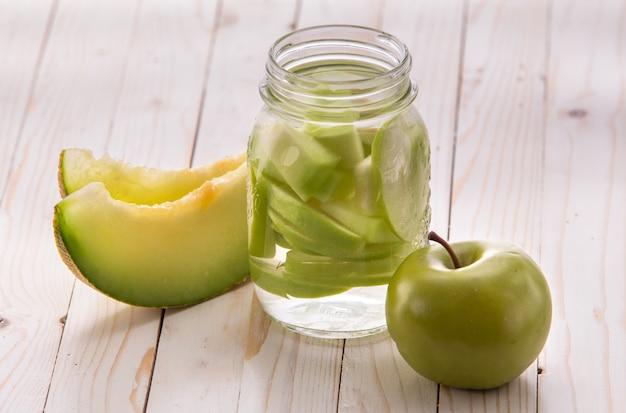 Frisches obst aromatisierte wassermischung aus apfel und melone