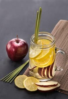 Frisches obst aromatisierte wassermischung aus apfel, zitrone und zitrone