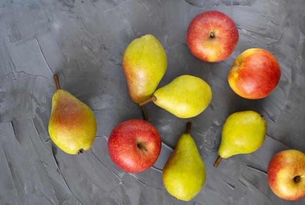 Frisches obst auf grauem hintergrund draufsicht, äpfel, trauben hautnah