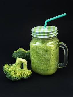 Frisches obst gemüse brokkoli sellerie smoothie flasche shake dunkelschwarz
