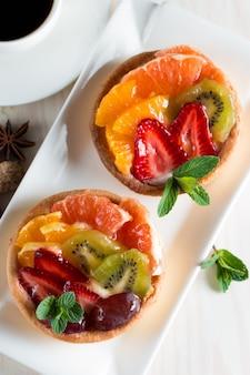 Frisches obst und beerenkuchen dessert