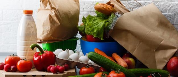 Frisches obst und gemüse aus biologischem anbau für einen gesunden lebensstil, anordnung verschiedener gemüsesorten aus biologischem anbau für eine gesunde ernährung und eine diät