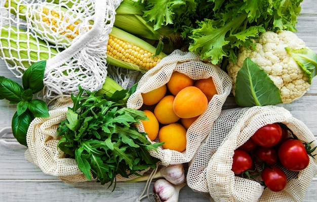 Frisches obst und gemüse in öko-baumwolltasche