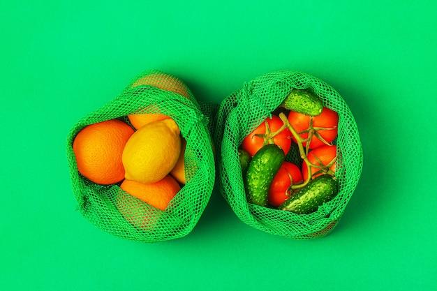 Frisches obst und gemüse in wiederverwendbaren textilbeuteln