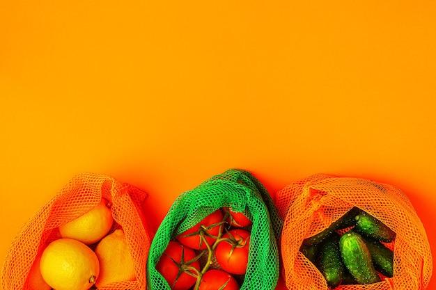 Frisches obst und gemüse in wiederverwendbaren textilgitterbeuteln, umweltfreundliches einkaufen, null-abfall-konzept.