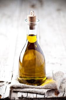 Frisches olivenöl in der flasche