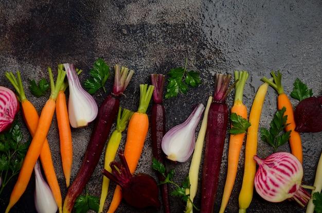 Frisches organisches gemüse auf dem alten rostigen backblech, bereit zum kochen, draufsicht.