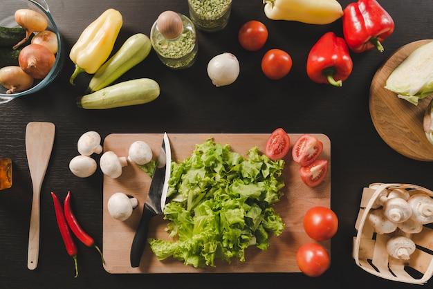 Frisches organisches gemüse auf küchenarbeitsplatte