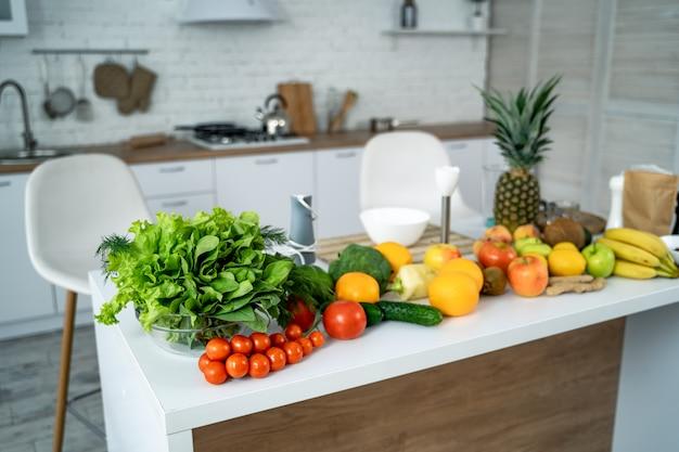 Frisches organisches gemüse und früchte auf dem tisch