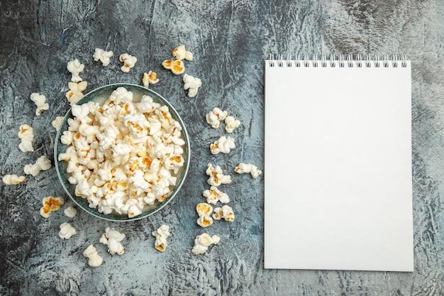 Frisches popcorn der draufsicht auf heller oberfläche