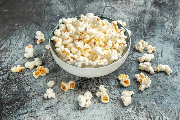 Frisches popcorn der vorderansicht auf hellem hintergrund