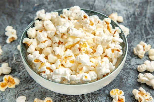 Frisches popcorn der vorderansicht für film auf dem hellen hintergrund