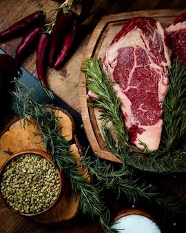 Frisches rib-eye-steak auf dem tisch