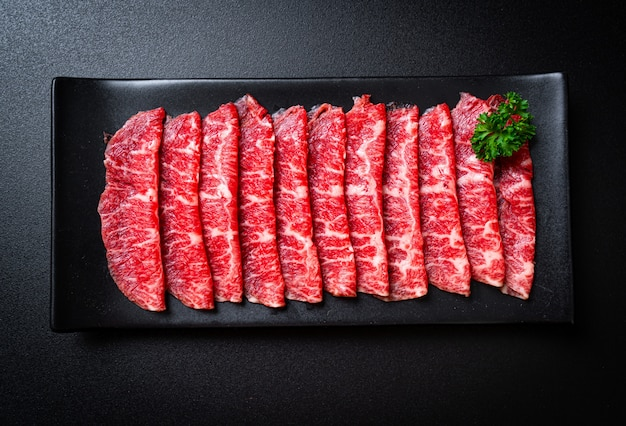 Frisches rindfleisch roh geschnitten mit marmorierter textur