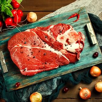 Frisches rindfleischfleisch auf rustikalem holztisch