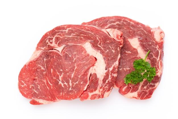 Frisches rohes bio-rindfleischsteak isoliert auf weißem hintergrund.