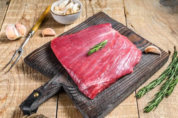Frisches rohes flanken- oder bavette-rindfleisch-marmor-fleischsteak mit rosmarin