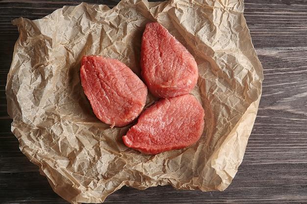 Frisches rohes fleisch auf holztisch