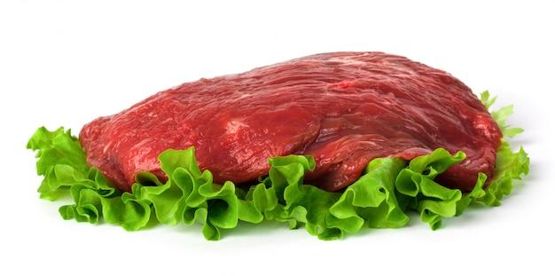 Frisches rohes fleisch mit grünem salat