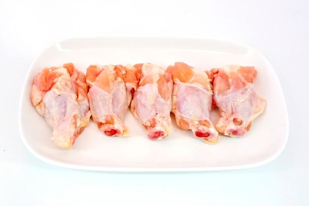Frisches rohes hühnerflügelisolat auf dem weißen hintergrund bereit gegrillt zu werden
