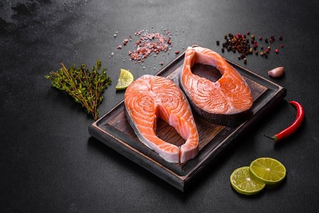 Frisches rohes lachssteak mit gewürzen und kräutern zum grillen. gesunde meeresfrüchte