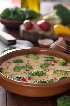 Frisches rohes omelett zubereitet mit gemüse und spinat