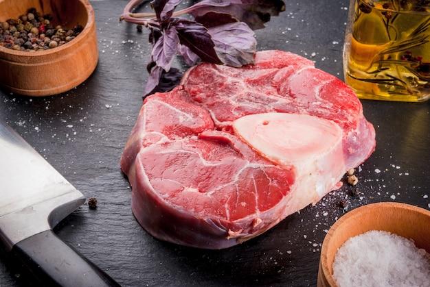 Frisches rohes rindfleisch mit gewürzen