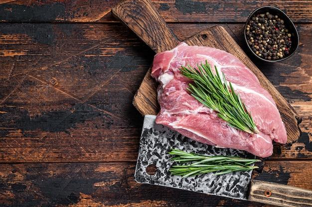 Frisches rohes schweineschulterfleisch, geschnitten mit zutaten und gewürzen auf küchenoberfläche