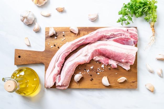 Frisches rohes streifiges schweinefleisch