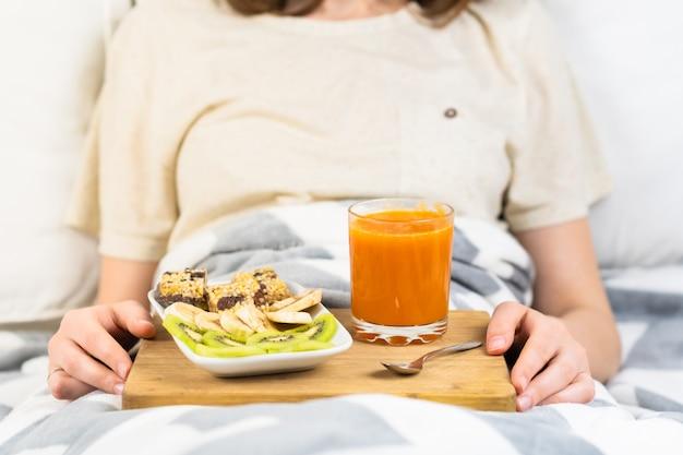 Frisches rohes vegetarisches frühstück im bett