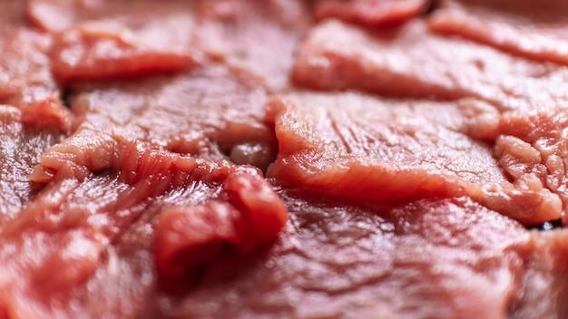 Frisches rot geschnittenes rindfleisch mit selektiver fokussierung für kochkoch