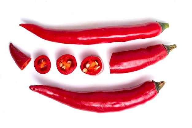 Frisches rotes paprika papper auf weißem hintergrund.