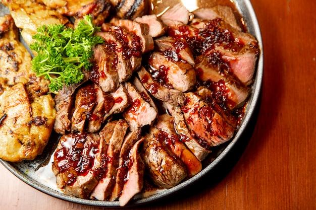 Frisches, saftig sortiertes, in scheiben geschnittenes grillfleisch.