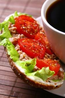 Frisches sandwich mit frischem gemüse und kaffee