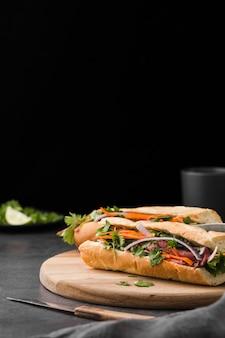 Frisches sandwich mit gemüse und kopienraum