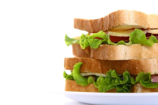 Frisches sandwich mit gemüse und tomaten