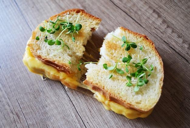 Frisches sandwich mit käse und kräutern