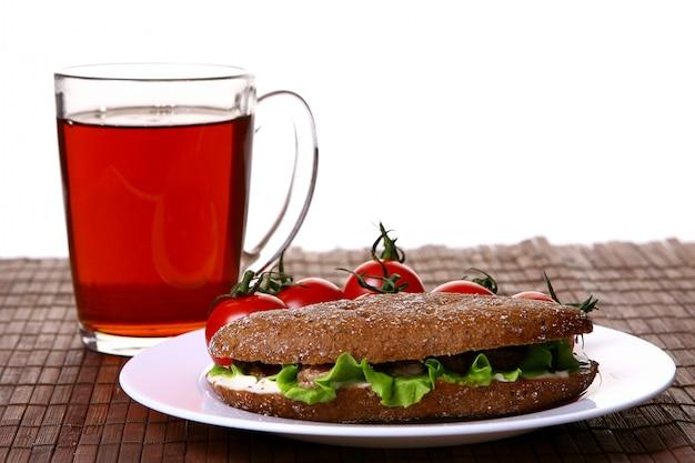 Frisches sanswich mit thunfisch und gemüse und getränk