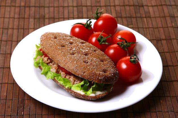 Frisches sanswich mit thunfisch und gemüse